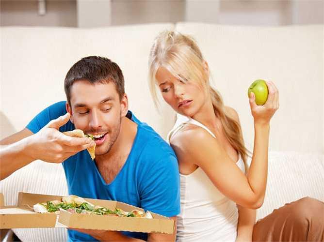 Không bao giờ để bụng đói: Đừng bao giờ để bụng đói. Vì khi để bụng đói, bạn sẽ chỉ muốn tìm đến các loại thực phẩm nhiều hơn, và điều này sẽ làm cho bạn béo hơn và tăng kích thước.
