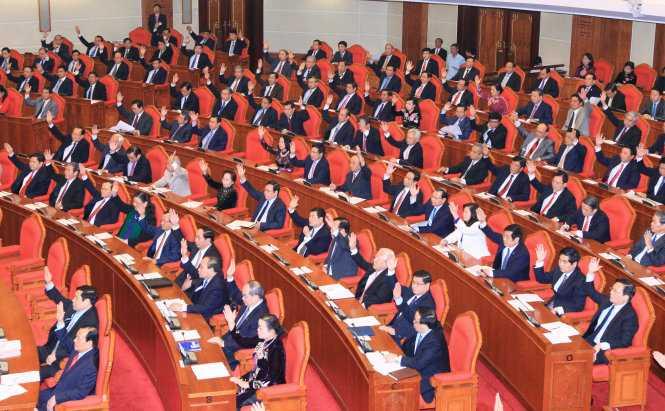 Các đại biểu biểu quyết thông qua chương trình kỳ họp tại Hội nghị lần thứ 14 Ban Chấp hành Trung ương Đảng Cộng sản Việt Nam khóa XI - Ảnh: TTXVN
