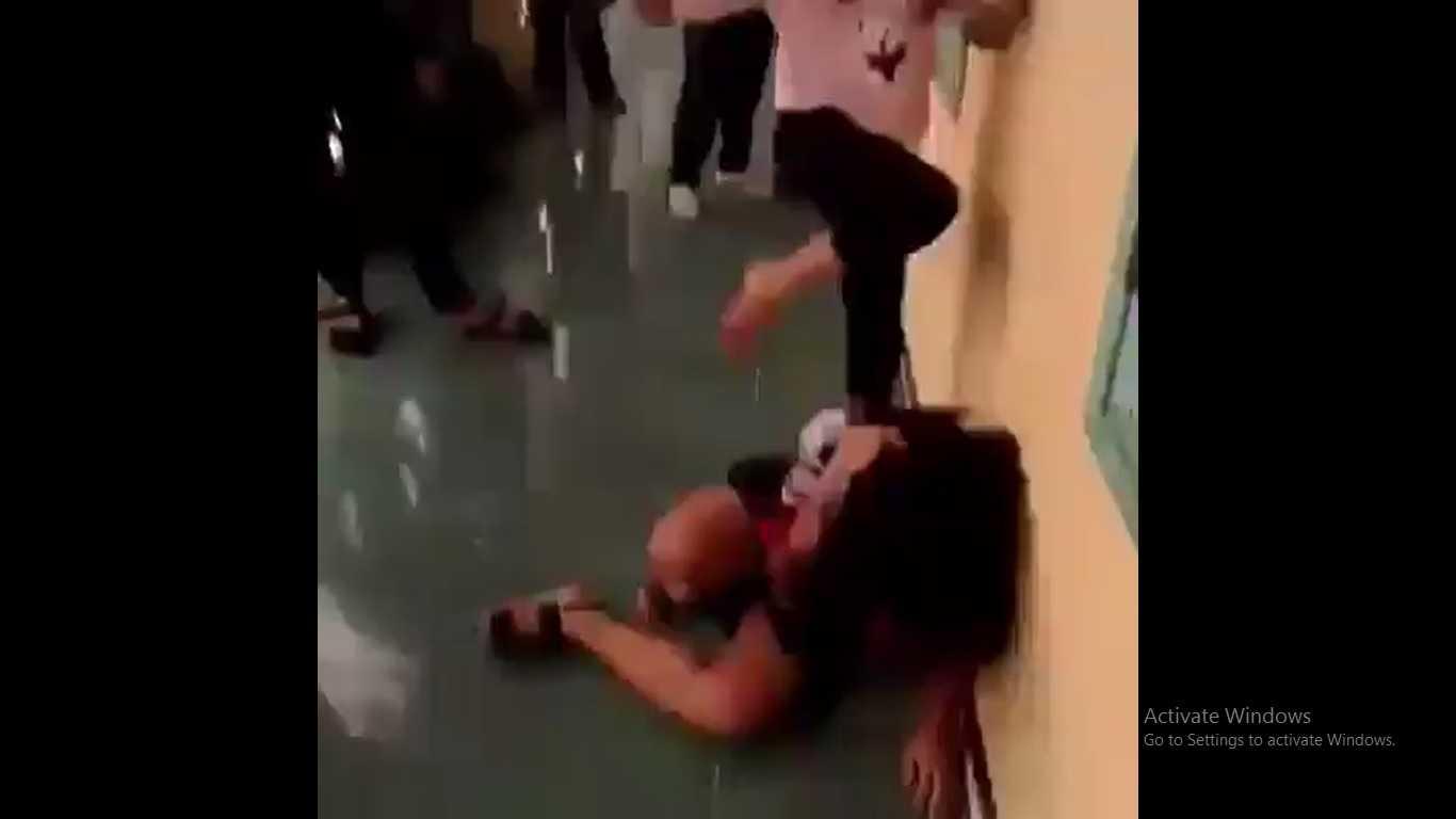 Bốn học sinh lớp 7 trường THCS Trần Phú hành hung dã man bạn cùng khối. (Ảnh cắt từ clip).