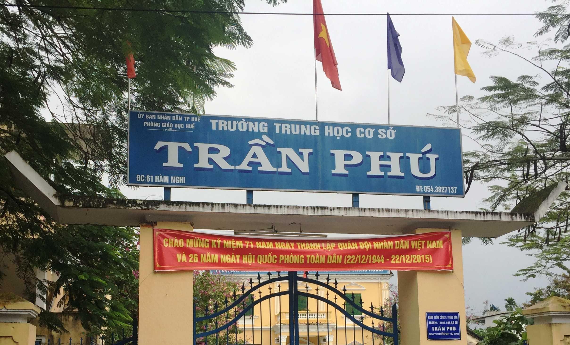 Cùng ngày xảy ra sự việc nhóm nữ sinh còn tiếp tục hành hung một nữ sinh cùng khối khác ngay tại trường THCS Trần Phú khiến em này sợ hãi phải làm đơn chuyển trưởng.