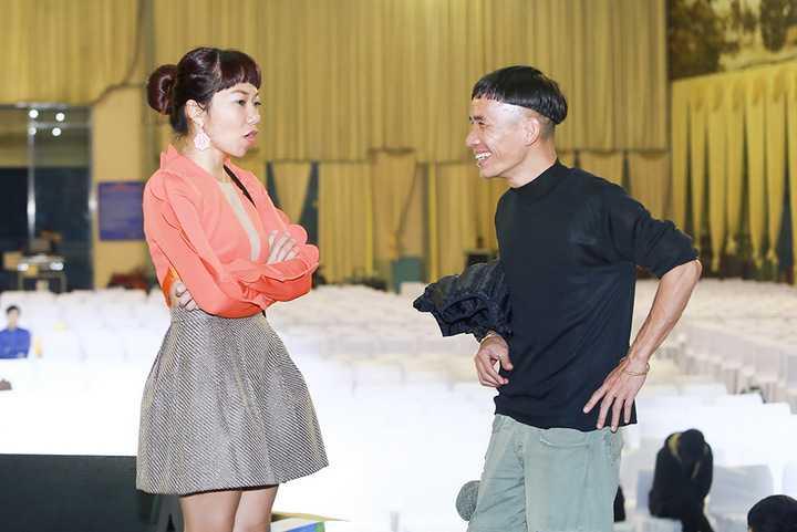 Hà Trần tập trung trên sân khấu nghe chỉ đạo