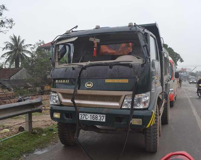 Xe tải bị vỡ kính chắn gió - Ảnh: Mạnh Cường