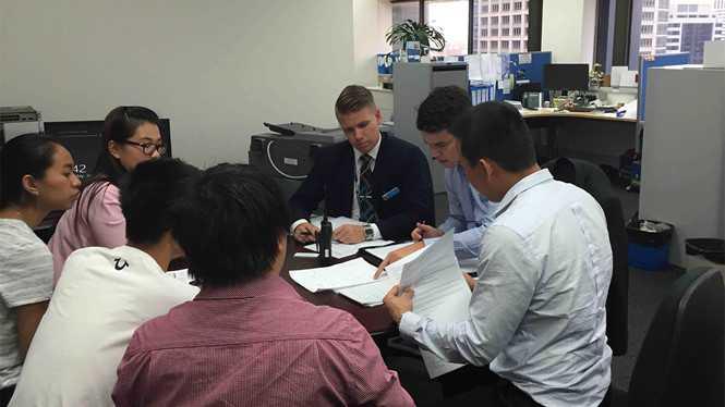 Cảnh sát bang NSW làm việc với đại diện Hội du học sinh Việt Nam ở Úc - Ảnh: VDS
