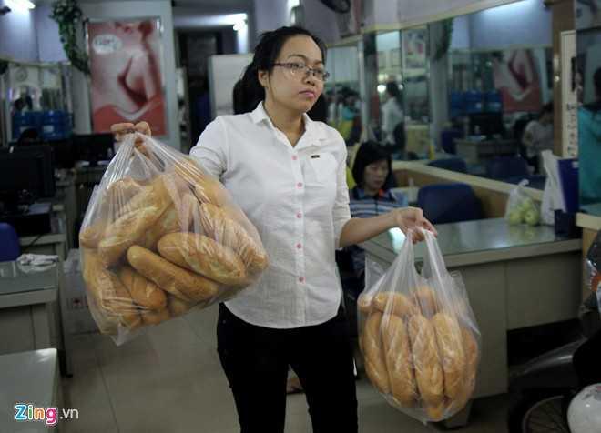 Đây là tủ bánh mì của bà chủ một thẩm mỹ viện trên đường này. Từ tờ mờ sáng, sau khi lò bánh mì đưa 150 ổ đến, nhân viên cho vào từng bao đặt lên tủ ngay trước cửa tiệm.