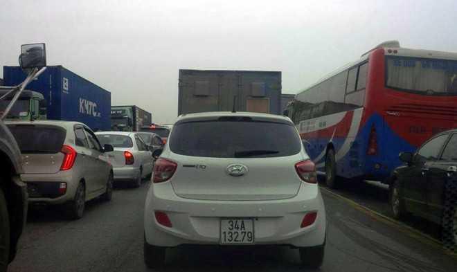 Vụ tai nạn khiến quốc lộ 5 ùn tắc hơn 5 giờ. Ảnh: Thế Tân.