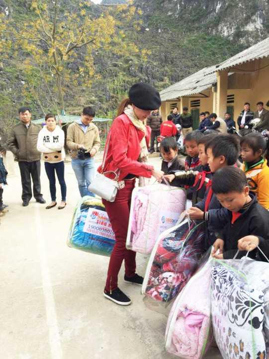 """Mặc dù công việc <a href='http://vtc.vn/kinh-te.1.0.html' >kinh doanh</a> ở những ngày đầu năm 2016 bận rộn, tuy nhiên Dương Yến Ngọc cũng nhận lời làm đại sứ cho """"Quỹ chăn ấm ngày đông"""" lần 2, để ủng hộ trẻ em vùng Tây Bắc (Hà Giang, Lào Cai) vượt qua mùa đông băng giá."""