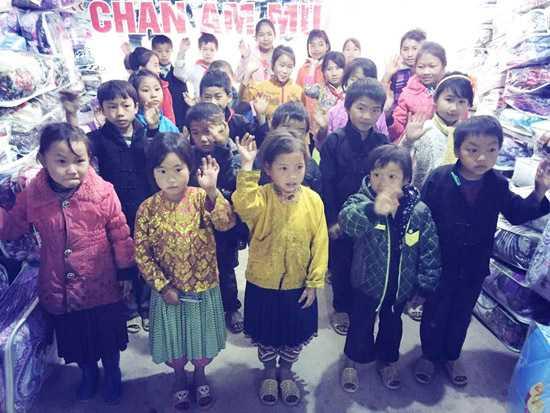 """Ngoài sự đóng góp tích cực của các mạnh thường quân trên khắp cả nước, """"Quỹ chăn ấm ngày đông"""" lần 2 còn dự kiến trao 1.000 chiếc chăn ấm, 10.000 đôi ủng đến trẻ em ở Tây Bắc (Hà Giang, Lào Cai), cũng như trao tặng 50 chiếc xe đạp cùng 50 suất học bổng mỗi suất 2.000.000đ giúp cho trẻ em nghèo học giỏi ở tỉnh Đồng Tháp."""