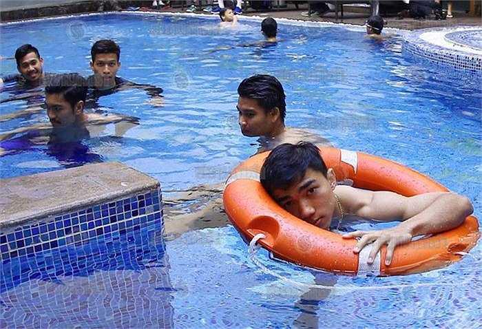Sau trận ra quân hòa U23 Saudi Arabia 1-1, các cầu thủ U23 Thái Lan được BHL tạo điều kiện thư giãn tinh thần ở bể bơi