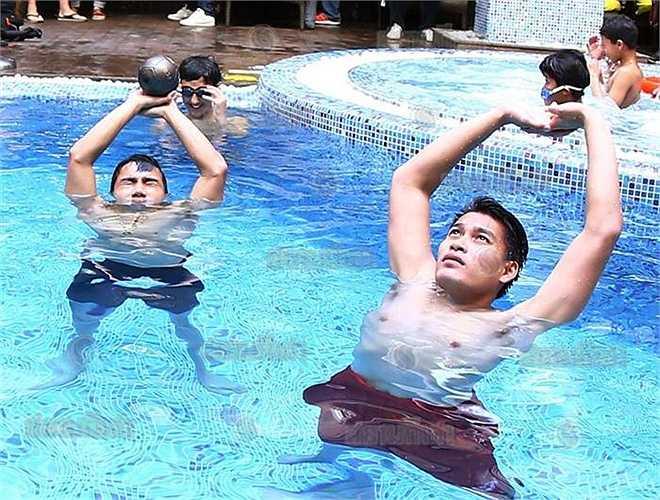 Tuy thế, với việc xác định thể lực là yếu tố quyết định thành bại tại VCK U23 châu Á, HLV Kiatisak cùng chuyên gia thể lực Andy Schillinger đã khéo léo lồng ghép các bài tập cơ bắp trong buổi thư giãn dưới nước này