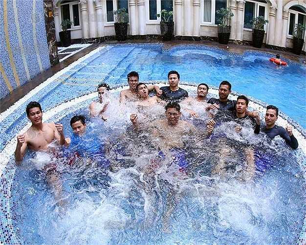 HLV Kiatisak: 'Về kỹ thuật U23 Thái Lan chẳng hề thua kém đội nào trong bảng. Nhưng các đối thủ đều có thể lực, sức mạnh và sức bền đều hơn tuyển Thái Lan nên chúng tôi ưu tiên hàng đầu trong việc chuẩn bị là thể lực'