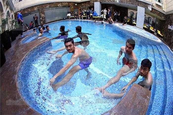 'Các chú Voi chiến' vui vẻ thực hiện những bài tập giãn cơ dưới nước