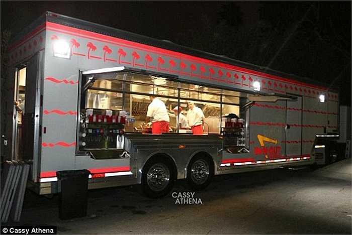 Thậm chí cả xe đồ ăn nhanh In-N-Out phục vụ riêng khách mời.