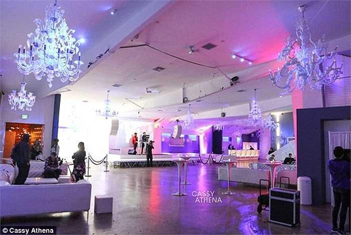 Địa điểm ở thành phố Los Angeles nơi tổ chức bữa tiệc tràn ngập ánh sáng.