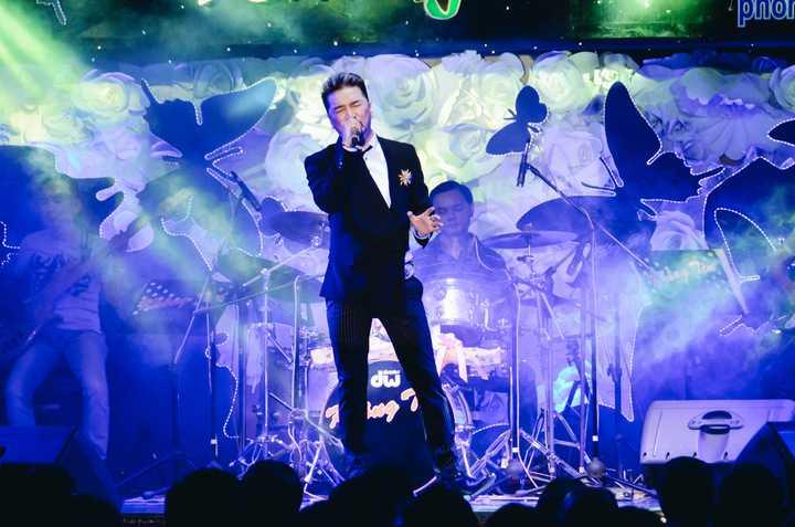 Với sự nhiệt tình thường thấy, Mr.Đàm đã chiều lòng khán giả với hơn 10 ca khúc với nhiều thể loại từ Dạ khúc cho tình nhân, Biển tình, Đà lạt hoàng hôn, Xót xa, Sương lạnh chiều đông…