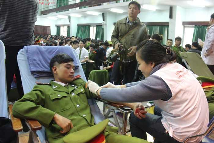 Các học viên Học viện Cảnh sát cũng tham gia hiến máu.
