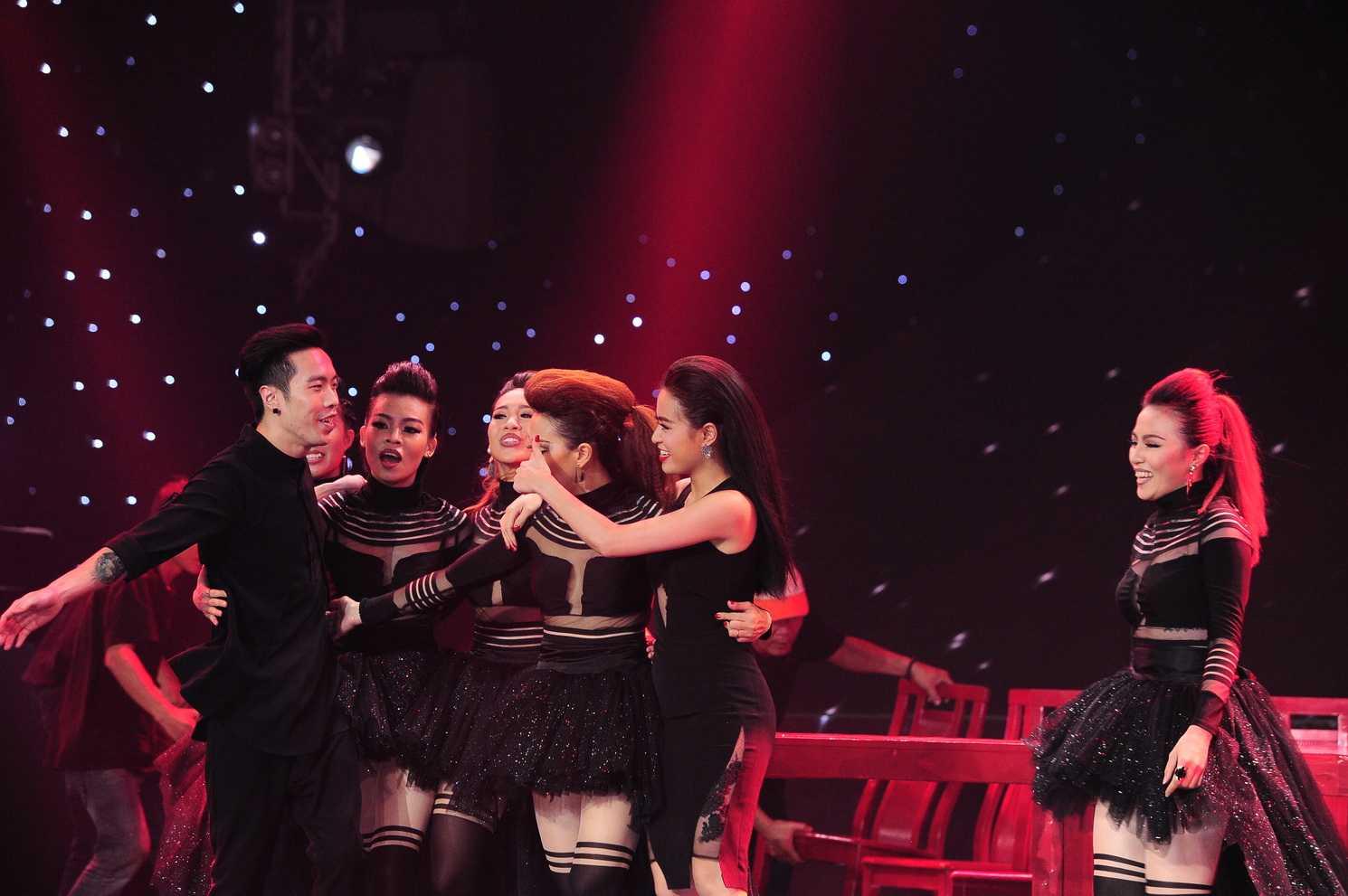 Team của nữ ca sĩ Hoàng Thùy Linh dưới sự dẫn dắt của biên đạo Minh Thư cùng DJ Dương 3D đã mang đến một bất ngờ ngoài mong đợi cho các fan hâm mộ