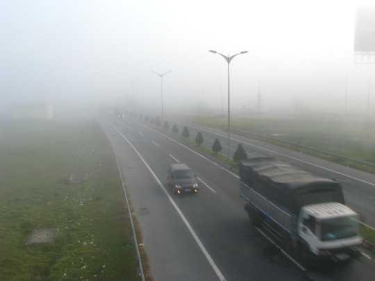 Phương tiện giao thông đường bộ phải mở đèn vào buổi sáng vì sương mù