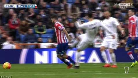 Ronaldo đá người thô bạo