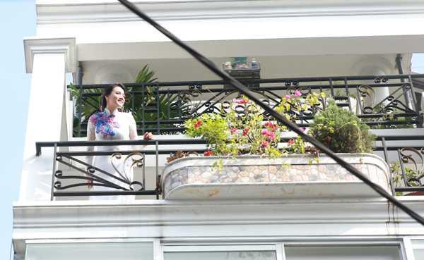 Trang Nhung diện áo dài cưới trắng thêu hoa, hồi hộp ra vào trông ngóng chú rể Hoàng Duy tới làm lễ rước dâu.