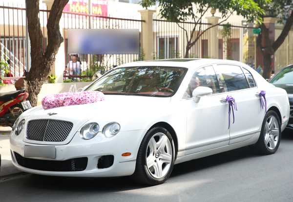 Khoảng 9h sáng, chiếc xe hoa màu trắng kết hoa hồng hình trái tim từ từ tiến đến nhà nữ diễn viên 'Scandal: Hào quang trở lại'.