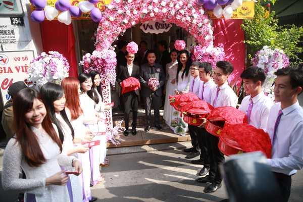 Đám cưới Trang Nhung trang trí theo tông màu hồng và tím. Đội bưng quả nhà trai cũng thắt cà vạt tím đồng điệu với trang phục của dàn nhận quả nhà gái.