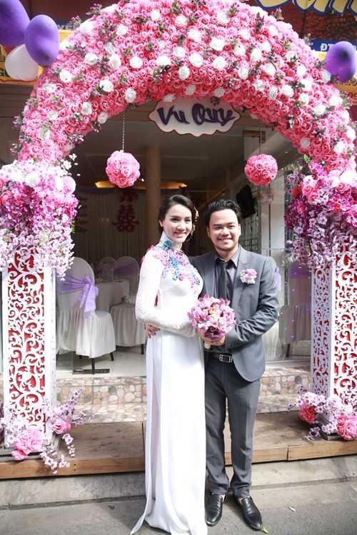 Trang Nhung rạng ngời hạnh phúc sánh vai ông xã. Sau hơn một năm đính hôn và có con gái đầu lòng, cặp đôi mới tổ chức hôn lễ.