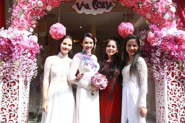Gia đình rất mừng vì Trang Nhung tìm được bến đỗ bình yên bên người chồng giỏi giang, thành đạt. Cô dâu chụp ảnh cùng mẹ và hai chị gái.