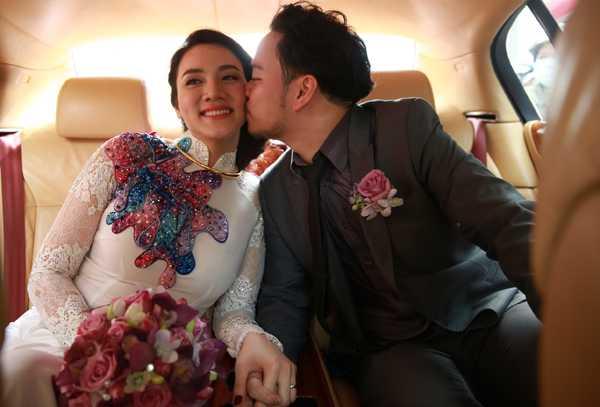 Đạo diễn 'Ma dai' cũng nắm chặt tay vợ và trao cho cô nụ hôn ngọt ngào.