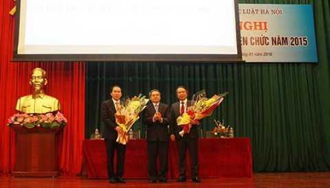 Thứ trưởng Bộ Tư pháp Nguyễn Trung Tụng trao quyết định bổ nhiệm cho ông Lê Tiến Châu (trái) (Ảnh: Bộ Tư pháp)
