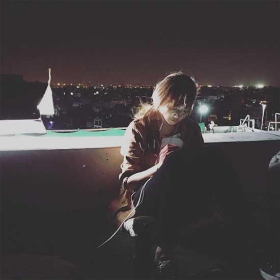 Hari cô đơn ngồi trên ban công giữa đêm lạnh sau khi trở về Hàn Quốc.