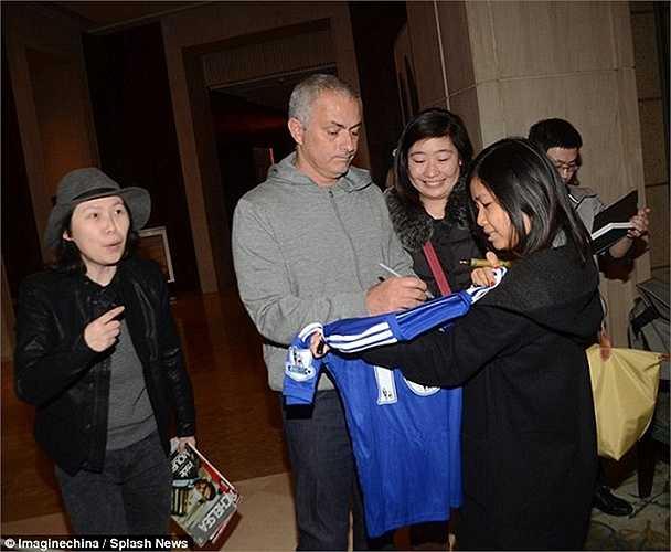 Mourinho cũng vui vẻ ký tặng các fan hâm mộ