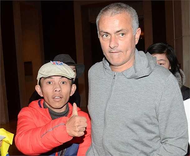 Rất nhiều CĐV may mắn đã được chụp hình cùng Mourinho