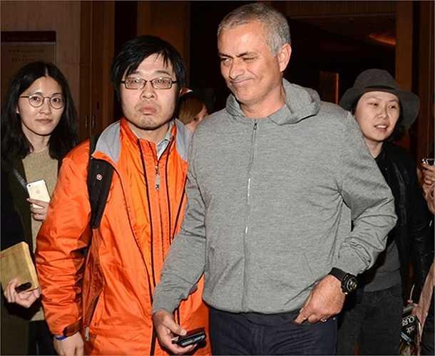Mourinho dù vẫn đang trong cảnh thất nghiệp vẫn tươi cười với người hâm mộ