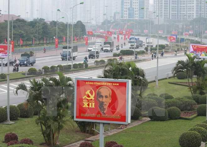 Đường phố Hà Nội rực rỡ cờ hoa, biểu ngữ, pano chào mừng Đại hội đại biểu toàn quốc lần thứ XII của Đảng Cộng sản Việt Nam. (Ảnh: Đắc Giang/TTXVN)