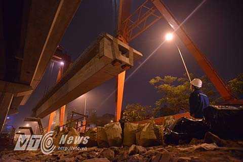 Sau đó cần cẩu chuyên dụng sẽ nâng phiến dầm lên trên mặt đường sắt.