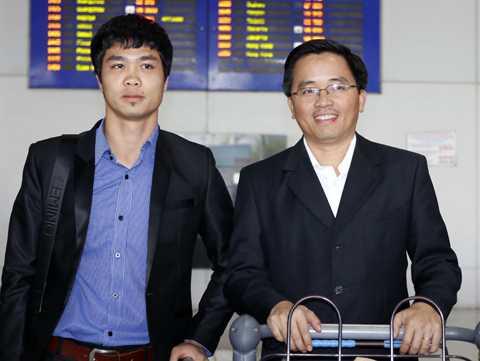Trưởng đoàn bóng đá HAGL Nguyễn Tấn Anh và tiền đạo Công Phượng khi sang Mito Hollyhock