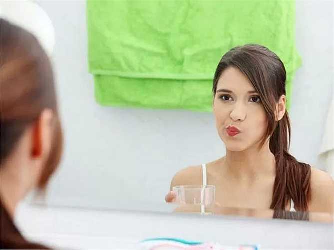 Hãy thử súc miệng với dầu dừa mỗi buổi sáng trong 5-15 phút. Phương pháp này tốt cho sức khỏe răng miệng vì nó giảm thiểu mùi hôi, ngăn ngừa các vấn đề nha khoa nhất định và cũng là cách điều trị chống lại vi khuẩn cho miệng của bạn.