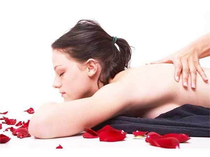 Hãy thử liệu pháp mát xa bằng dầu thơm: đây là cách để thư giãn cơ thể thông qua liệu pháp hương thơm. Nó cũng giúp tăng cường năng lượng cho bạn, giảm thiểu những tác động của stress lên cơ thể, và nâng cao tinh thần cho bạn. Một số loại tinh dầu có tác dụng trị liệu một số bệnh tinh thần.