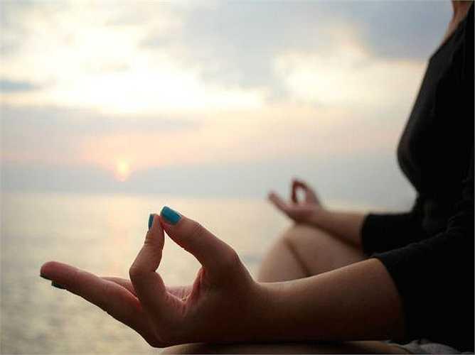 Thiền: Thiền làm tăng nhận thức của bạn, giúp bạn thư giãn, giảm thiểu huyết áp, tăng cường serotonin, giúp tăng cường khả năng miễn dịch, làm giảm sự lo lắng và mang lại cho bạn niềm vui và sự yên bình bên trong tâm hồn.