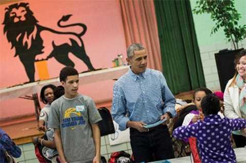 Tổng thống Obama đang cùng tặng sách cho học sinh Trưởng tiểu học Leckie ở WDC, nhân Ngày Luther King ngày 18/1/2016 (Ảnh AFP)