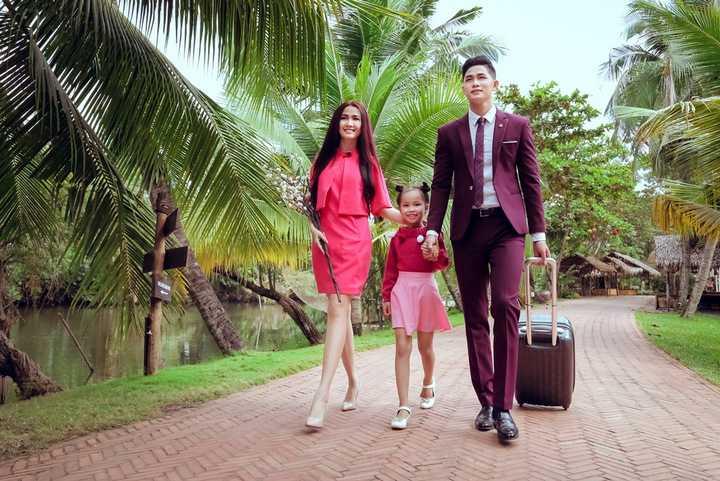 Diện những chiếc áo dài tươi thắm bên cạnh các trang phục đời thường, nghệ sĩ gạo cội Thiên Kim quây quần bên các con cháu là ca sĩ Ray Võ, top 5 HHVN Phan Thị Mơ và người mẫu nhí Ngọc Hà trong sự hân hoan chào đón.