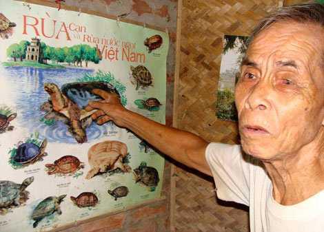 Ông Trần Trọng Dần, ở cạnh đầm Minh Quân, chỉ tay vào cụ rùa Hồ Gươm và bảo đó là con giải.