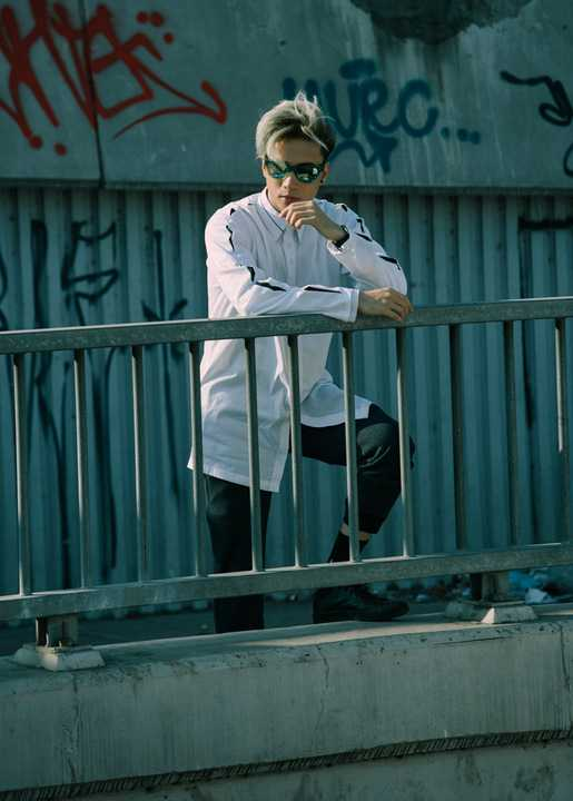 Anh chàng tâm sự: Làm trong nghành nghệ thuật và nhất là một ca sĩ trẻ theo dòng nhạc hiện đại và thời thượng, ST luôn theo dõi xu hướng của thế giới để bổ sung kiến thức về thời trang cũng như cập nhật cho mình những trend mới phù hợp với mình nhất