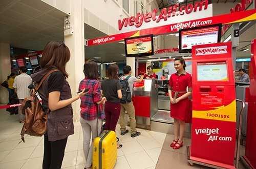 Hàng triệu người lần đầu tiên được đi máy bay nhờ sự tham gia thị trường của hãng hàng không Vietjet với chi phí thấp Ảnh: Hà Anh