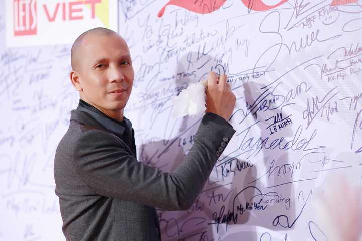 Nghệ sĩ kèn saxophone Minh Tâm Bùi tự tin trên thảm đỏ và kí tên lưu niệm tại chương trình