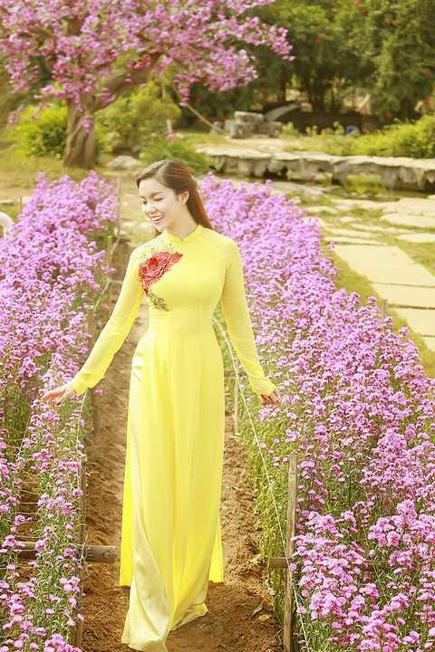 Trong những bộ áo dài đằm thắm, tinh tế, Ngọc Anh khoe vẻ đẹp nữ tính, ngọt ngào dưới nắng xuân chan hoà.