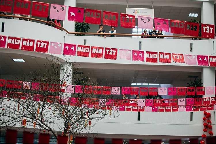 Ngày 21/1, tại trường ĐH FPT cơ sở Láng Hòa Lạc diễn ra lễ hội Tết dân gian 2016 do các bạn sinh viên đại học và phổ thông trung học cùng nhau thực hiện.