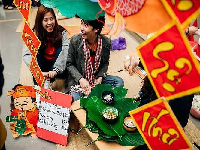 Các bạn sinh viên đã tự trang trí các gian hàng để đón Tết