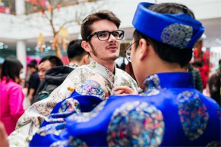 Đặc biệt, các sinh viên đến từ Pháp rất thích thú khi được mặc áo dài Việt Nam