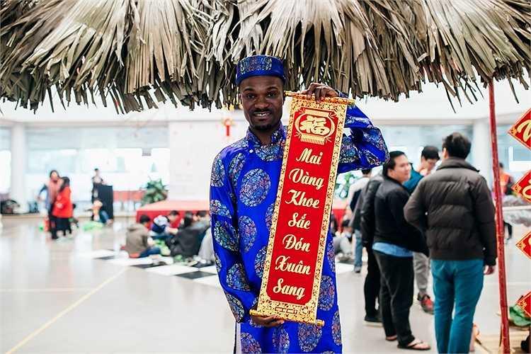 Những sinh viên quốc tế cũng chọn cho mình bộ áo dài Việt để tham gia vào chương trình Tết đặc biệt này